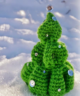 http://translate.google.es/translate?hl=es&sl=en&u=http://www.walkerwhimsy.com/2013/12/crochet-christmas-tree-potm.html&prev=search
