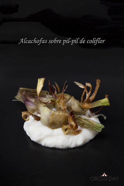 Alcachofas sobre pil-pil de coliflor - Circus Day