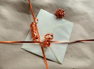 cadeau-prepare-ruban-bolduc-enveloppe