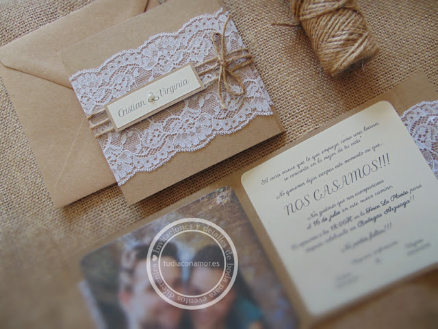 Invitación de boda doblada natural y elegante en kraft y decorada