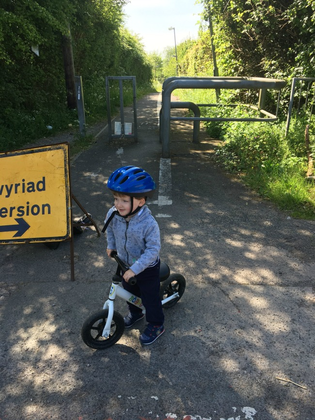 toddler-on-bike-next-to-diversion-sign