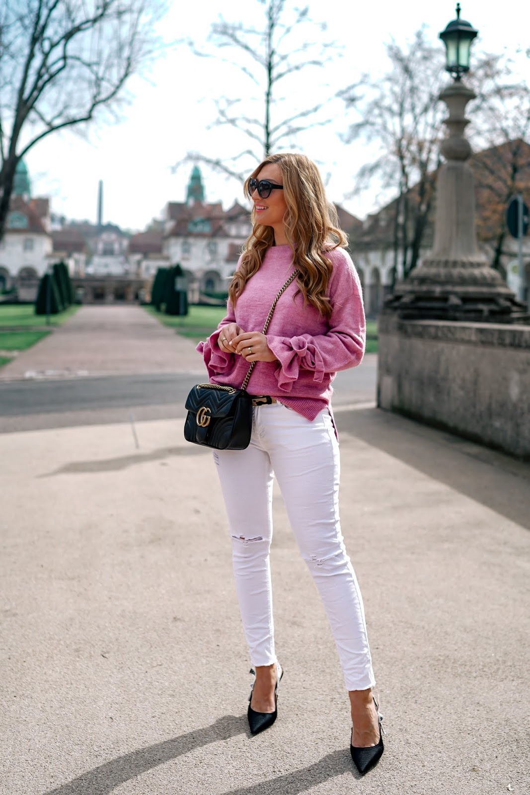 gucci-marmont-tasche-schwarz-weiße-jeans-rosa-pullover