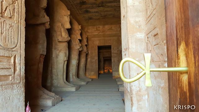 interior del templo de ramsesII en abu simbel junto a la llave de la vida egipcia