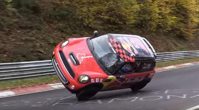 Έκανε έναν ολόκληρο γύρο στο Nordschleife (Nurburgring) στις...δύο ρόδες! (video)