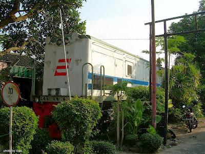 foto jalur kereta api depan rumah