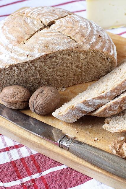Pane con farina semi integrale e noci