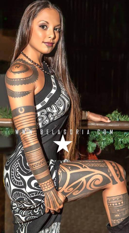 Foto de Preciosa mujer de nueva zelanda luciendo tatuajes maories