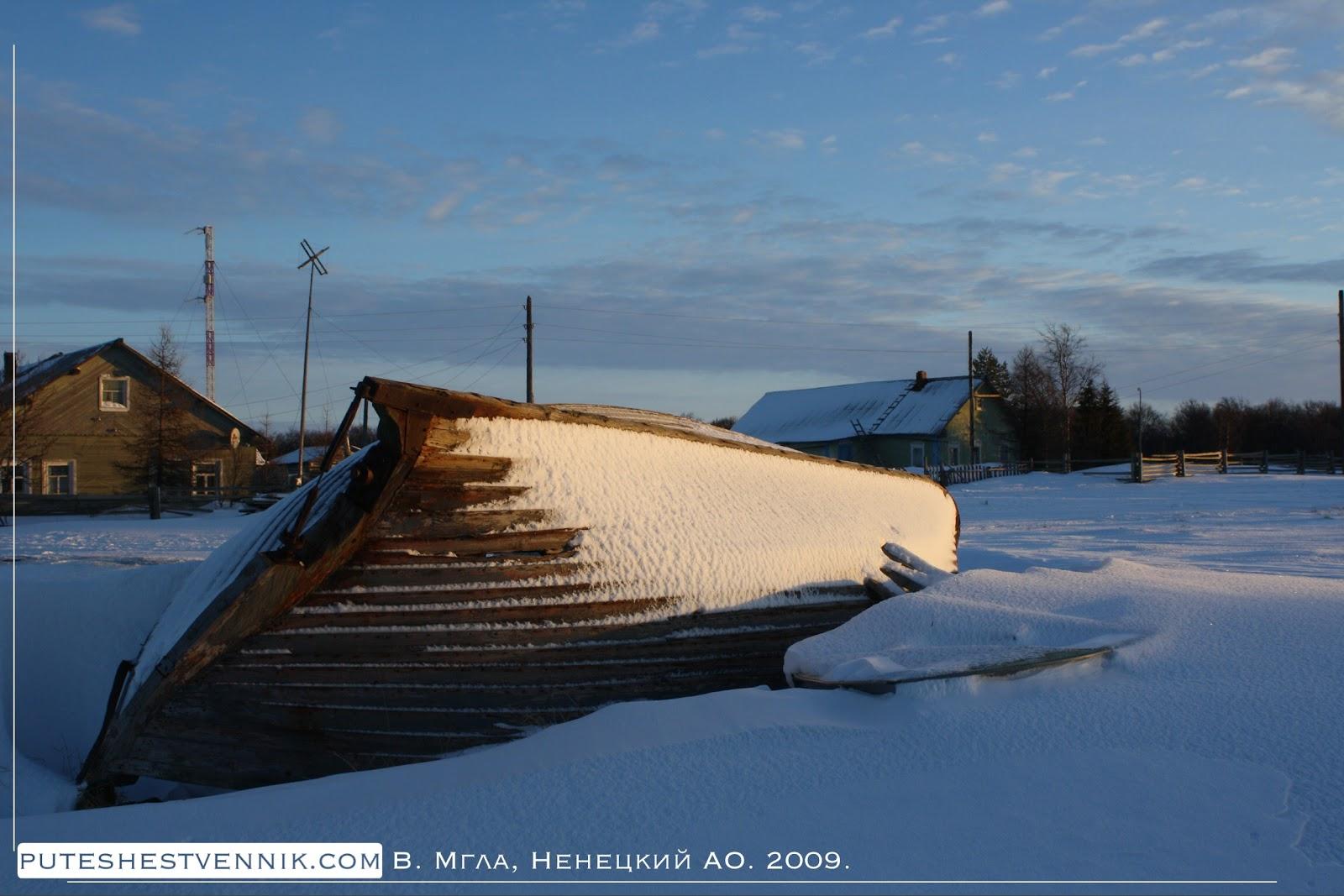 Лодка в зимней русской деревне
