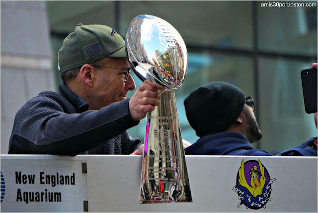 Presidente de los Patriots con el Trofeo de la Super Bowl LIII en el Desfile de Boston