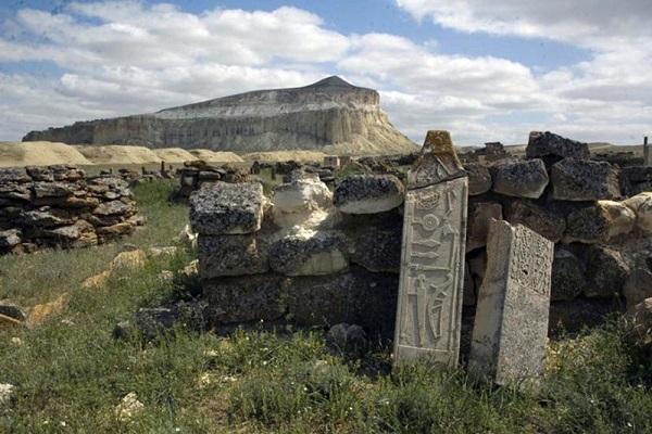 D'anciens monuments en pierre découverts près de la Mer Caspienne