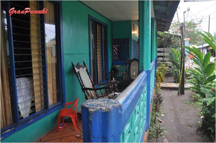 Las casas con porche en Tortuguero están siempre provistas de amaca. Son construcciones sencillas. En Blog de Viajes de Pumuki, Costa Rica, Tortuguero