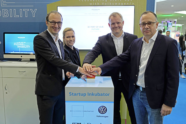 Image Attribute:  Dr. Robert Franke, Head of the Economic Development Department of the City of Dresden, Dr. Sarah Jennifer Geffers, Head of Ideation Hub, Kai Siedlatzek, Managing Director of Volkswagen Sachsen responsible for Finance & Controlling, and Dr. Martin Hofmann, CIO Volkswagen Group, launched the website  on which young start-ups can submit their applications by symbolically touching a button. /  DB2017AL00258 / Source: Volkswagen AG