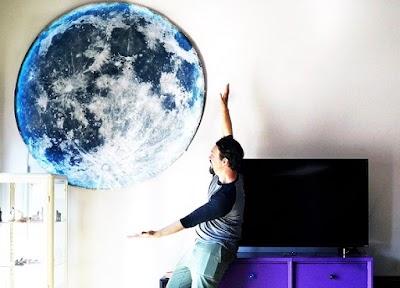 Luna gigante con cortinas de ducha para decoración