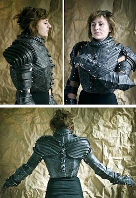 Una ingeniosa armadura de película de ciencia ficción hecha con llantas