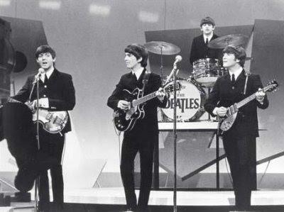 Los Beatles en directo en el show de Ed Sullivan en la TV estadounidense, el 9 de febrero de 1964