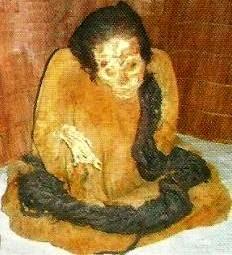 Foto a la momia de Huallamarca ubicada en una Huaca