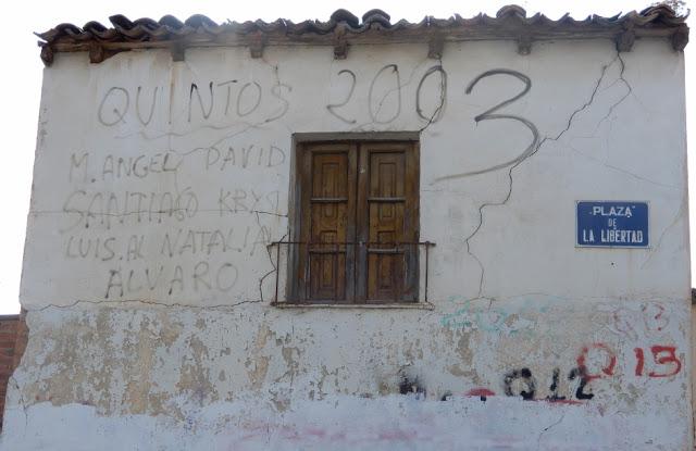 Casa vieja, balcón muy deteriorado, pintadas devaídas, 2003 y la placa de Plaza de la Libertadadseniad