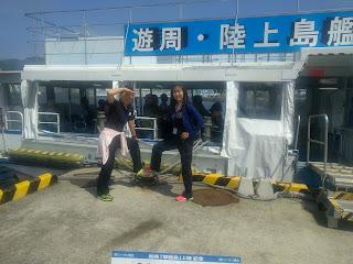 周遊上陸用の小型船の前で記念撮影する私と友人