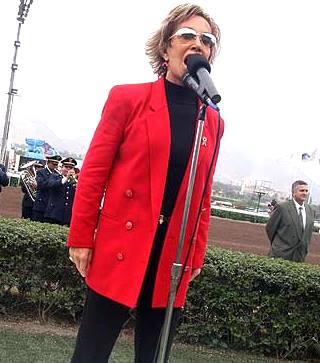 Foto de Cecilia Bracamonte cantando al aire libre