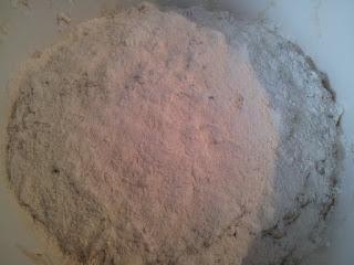 Rassembler la pâte et la saupoudrer de farine.