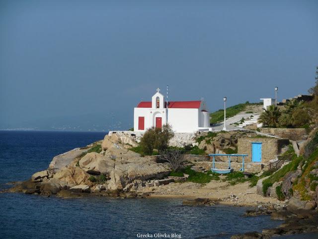 biało-czerwona grecka cerkiew na tle morza i błękitnego nieba Mykonso Grecja