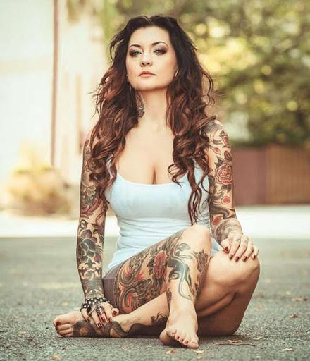 Belas tatuagens para a menina em ambas as pernas e as mãos