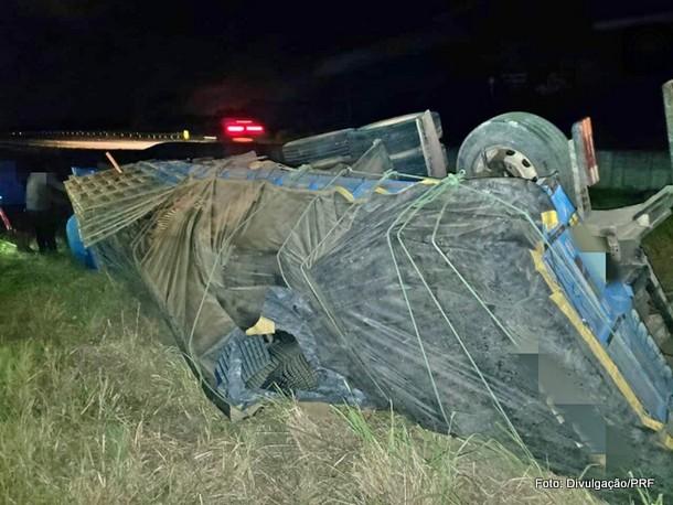 Caminhoneiro bate em mureta na BR-101 e fica preso às ferragens em Goiana
