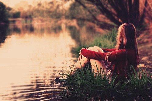 Cewek Sendirian di tepi sungai