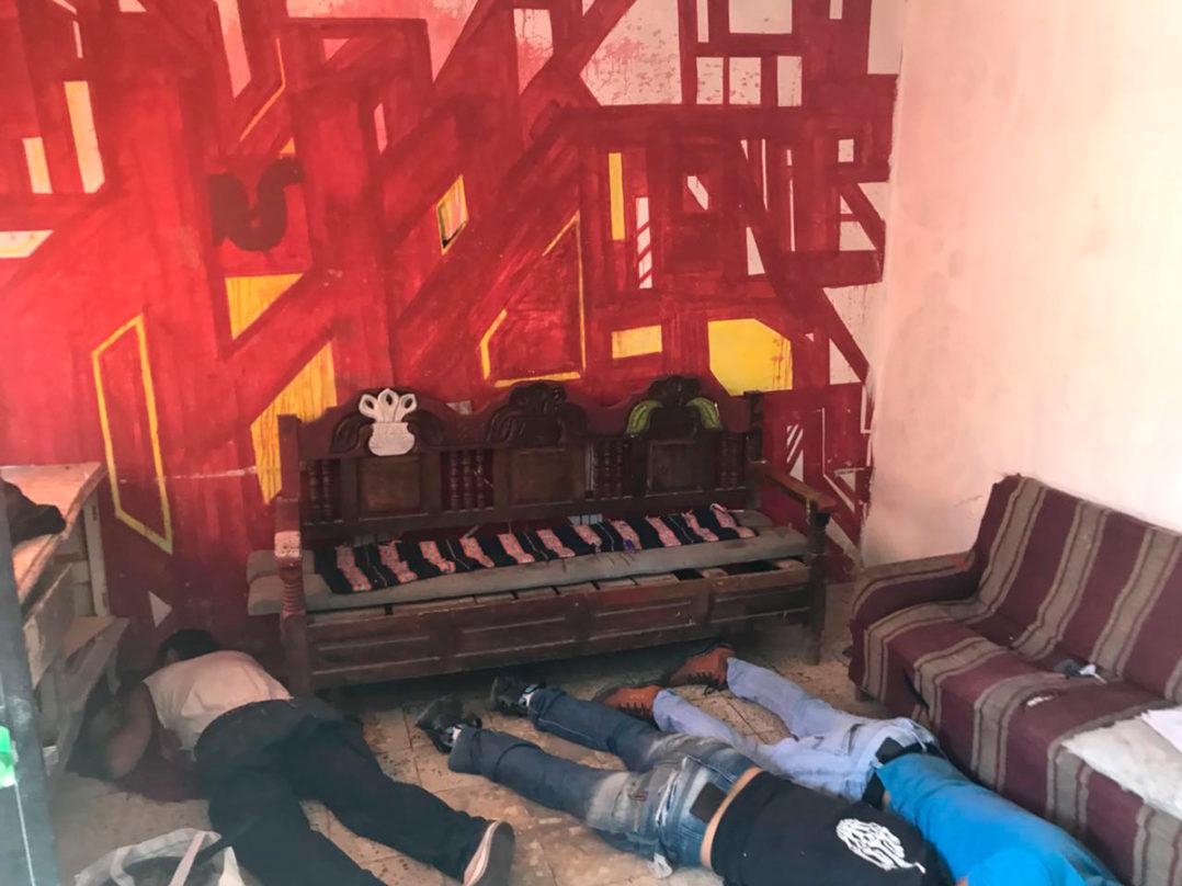 Ejecutan a tres hombres en el interior de una vecindad en Tlaquepaque