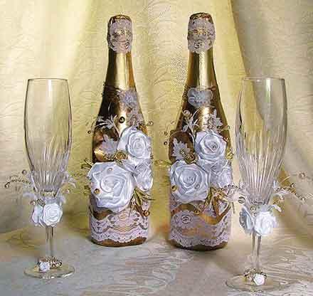 Бутылку с вином можно украсить, повесив на горлышко «валентинку»-сюрприз.