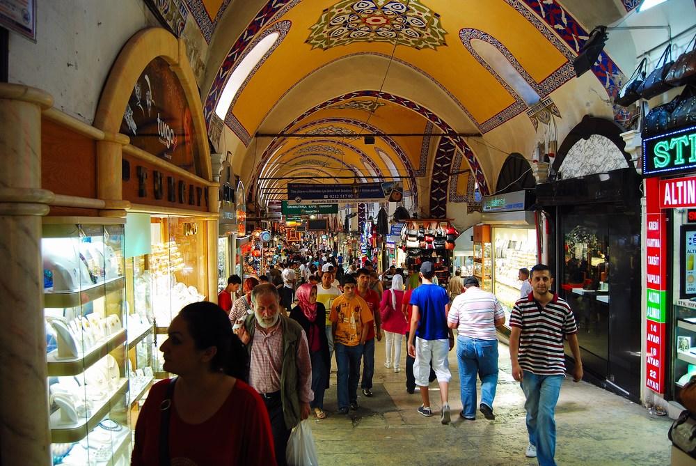 Le Grand Bazar avec ses 4000 boutiques fut élargi sous Soliman le Magnifique au XVIème siècle. La partie centrale la plus ancienne date elle du XVème.