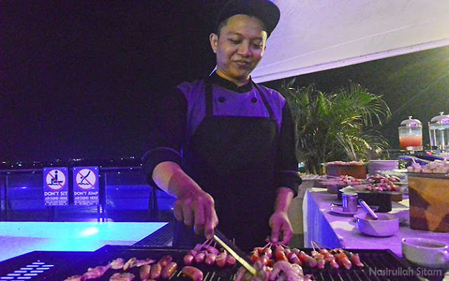 Chief sedang menyiapkan menu barbeque