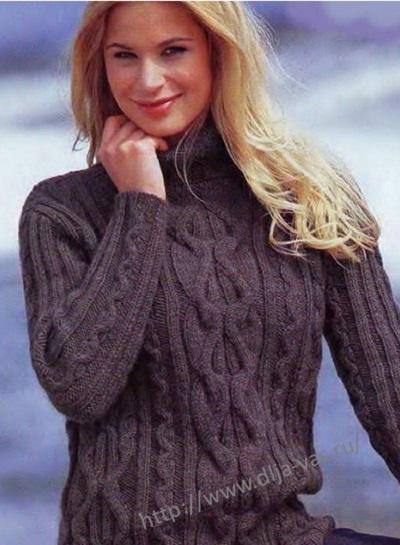 Связанный спицами свитер для женщины.