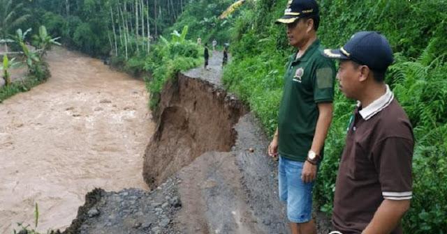 Akibat longsor, Akses Jalan Desa di Sumberbaru Putus