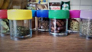 pojemniczki zapachowe Montessori pomoce DIY