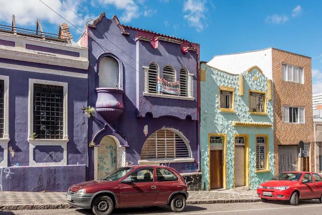 Casa na Rua Desembargador Ermelino de Leão com um sacadinha diferente
