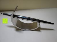 Stift auf Ständer: Kugelschreiber Bow Aluminium silber Ständer