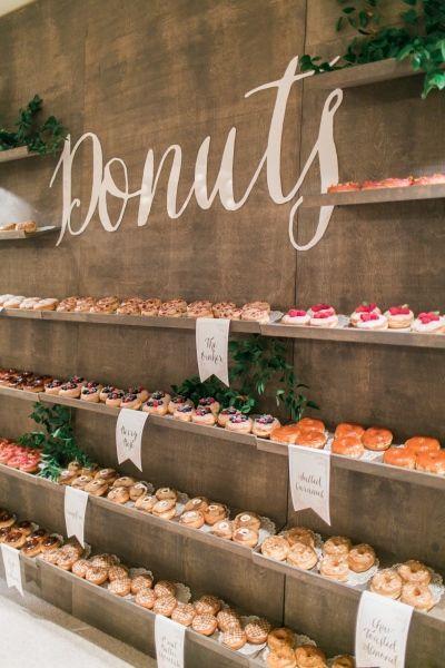 Mesa de aperitivos con donuts para boda