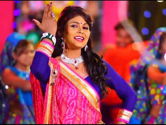 Kavita Das  singing Garba on stage image Kavita Das gujarati singer pics Gallery 2017