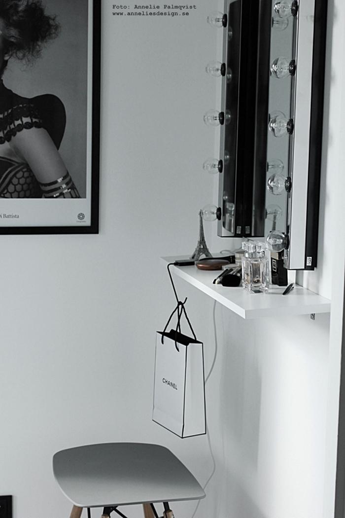 eiffeltorn i inredningen, eiffeltorn dekoration, prydnad, annelies design, webbutik, webbutiker, webshop, nätbutik, nätbutiker, nettbutikk, nettbutikker, make up, sminkhörna, inredning, chanel, silver, walk in closet, lampor till spegel, svart och vitt, svartvit, svartvita,