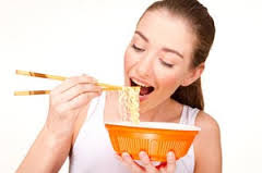 Hindari makan mie instan saat menstruasi