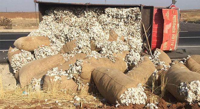 Diyarbakır Çınar'da kontrolden çıkan pamuk yüklü kamyonet yan yattı