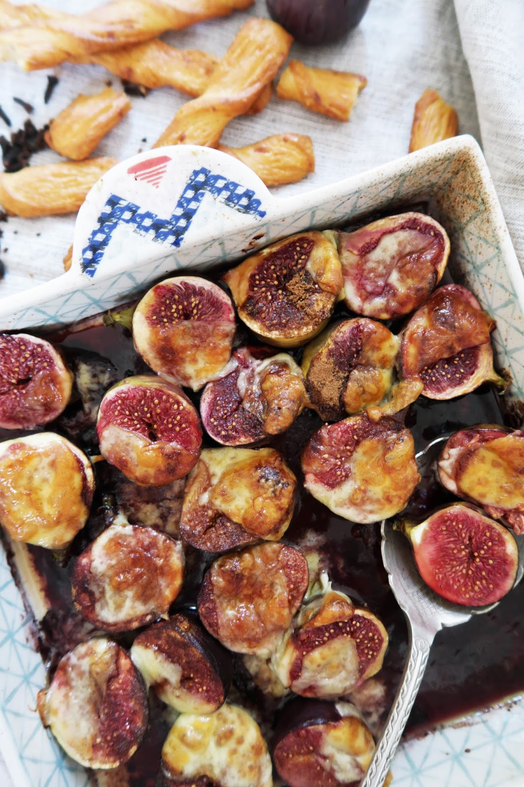 Baked figs on red wine & cheddar recipe