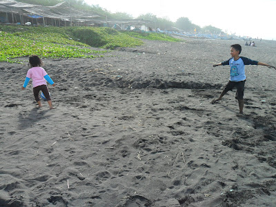 aktivitas di tepi pantai