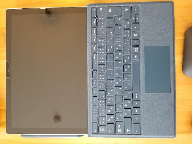 microsoft surface proを机に置いている画像