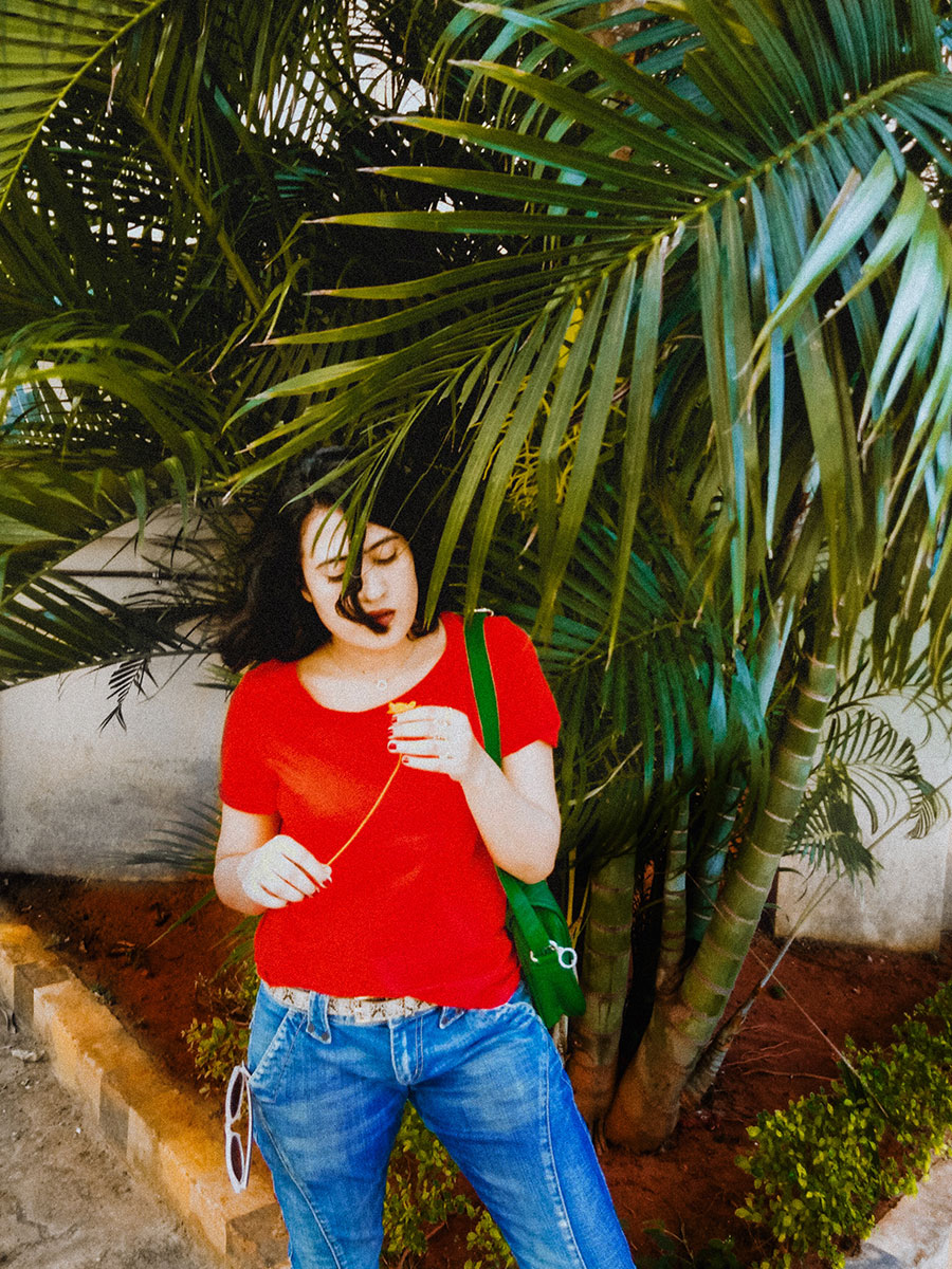 RED TEE AND FRAYED DENIM ,A COOL  WAY TO STYLE YOUR BASICS , THE STYLE PANORAMA
