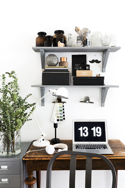 http://theultralinx.com/2014/08/minimal-workspaces-offices/