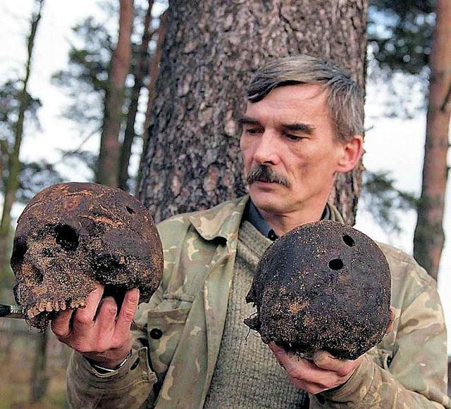 Em 1997, o historiador Yury Dmitrieyev localizou o túmulo de massa de Sandarmokh, Carélia, onde 9500 prisioneiros foram mortos por ordem de Stalin