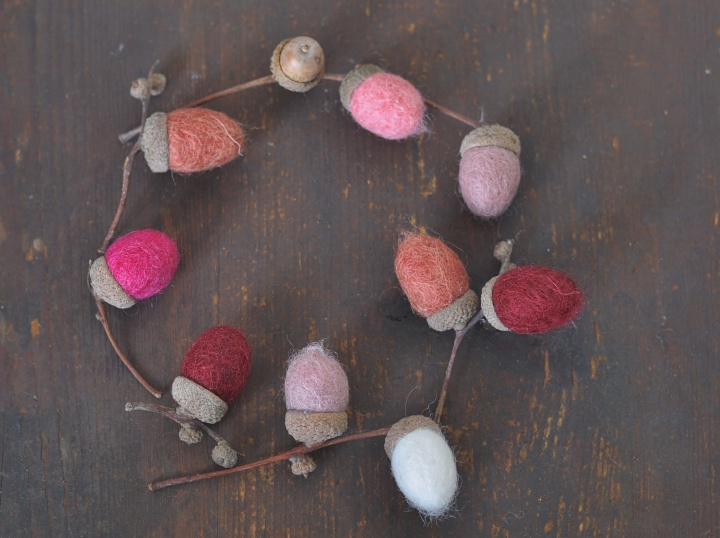 easy DIY Felt Acorns to spice up your fall decoration