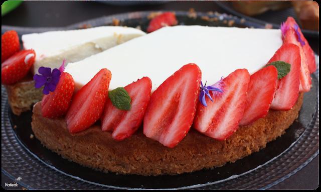 dessert gâteau à la fraise et ses fleurs mauves